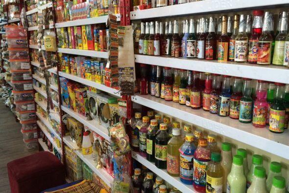 Aguas de colonia de diversas fragancias también están a la venta en el m...