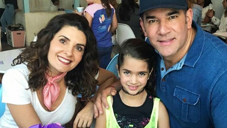 Mayrín Villanueva, Eduardo Santamarina y su hija menor Julia.