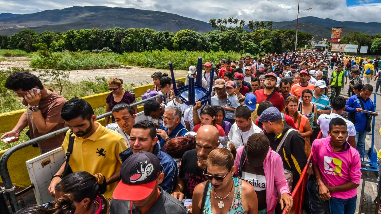 Venezuelan citizens enter Cucuta, Norte de Santander Department, Colombi...