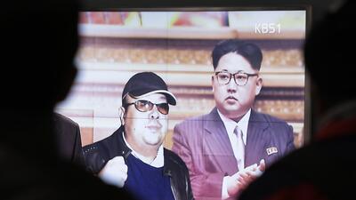 Una pantalla de televisión muestra al líder norcoreano Kim...