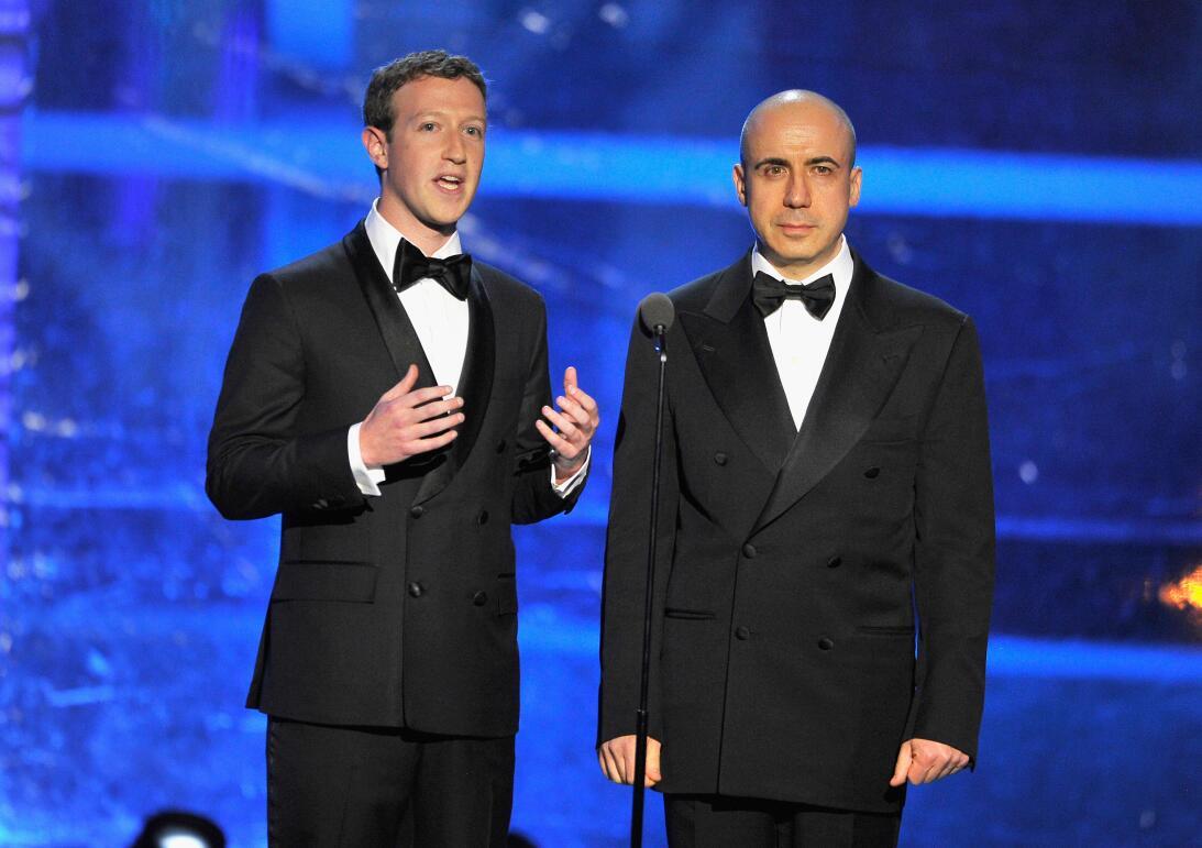 Mark Zuckerberg , CEO de Facebook, y el inversionista Yuri Milner durant...