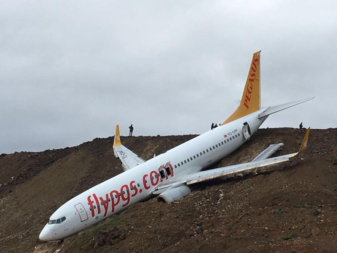 En la imagen se pueden ver todas las salidas de emergencia del avión com...