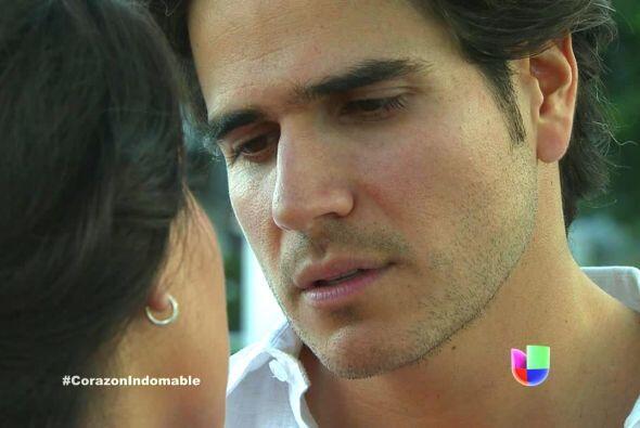Octavio intenta besar a María Alejandra.
