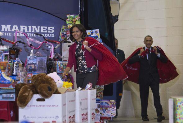 La primera dama, Michelle Obama se mostró muy contenta sacando to...