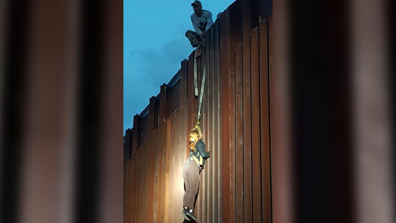 'Coyotes' dejan colgando a una mujer en una cerca fronteriza en Arizona
