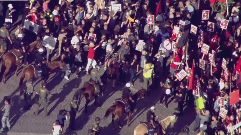 Dos marchas, una de extrema derecha y otra en apoyo a inmigrantes, se da...