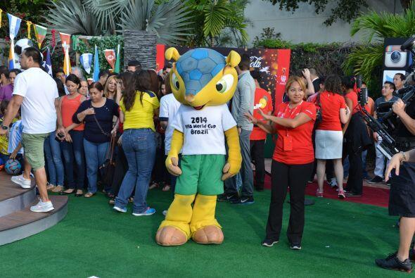 Él es Fuleco, la mascota oficial de la Copa Mundial de Futbol Brasil 201...