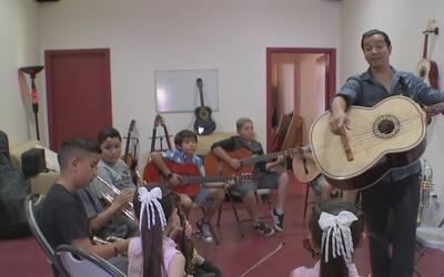 Hispano abre una escuela de mariachis en Pacoima para alejar a los jóven...
