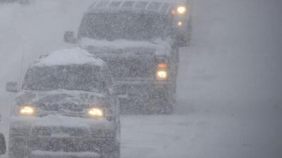 Tráfico vehicular lento: uno de los problemas generados por la nieve en Nueva York