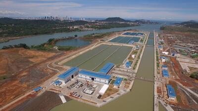Un megabarco chino golpea contra un muro del ampliado Canal de Panamá