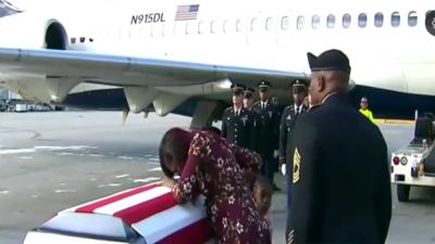 La esposa del sargento muerto David Johnson recibe el ataúd en Miami.