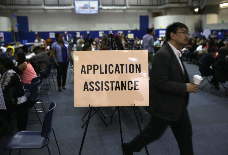 Migrantes saturan oficinas de trámites en Nueva York en busca de su ciud...