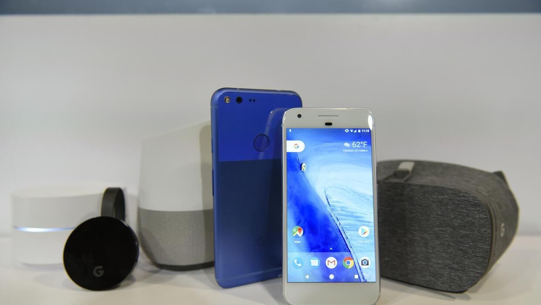 Google lanzó (desde la izquierda) un sistema de wifi, un nuevo Chromecas...
