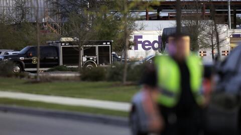 Agentes y equipos de emergencia descendieron el martes 20 de marzo en Sc...
