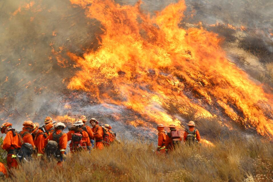 Personal del Cal Fire en una colina de Burbank.