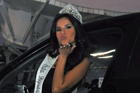 Mientras lo decides, disfruta el beso de Cynthia Piña, Miss Rep&u...
