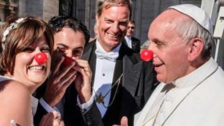 Con su nariz roja y junto a la pareja tampoco tuvo ningún problema en de...