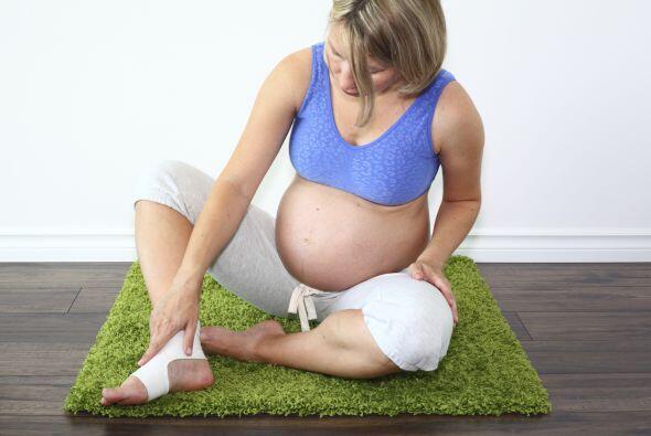 La hinchazón se produce por la retención de líquidos en los tejidos, los...