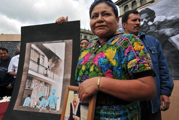 En 1981 y en medio de la guerra civil en su país, Guatemala, Rigo...