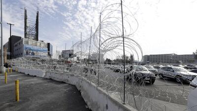 Con barras de concreto y alambre de púas: cierran por más de tres horas la garita de San Ysidro