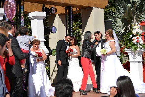 Karla fue la primera en acercarse a los novios y felicitarlos por este g...