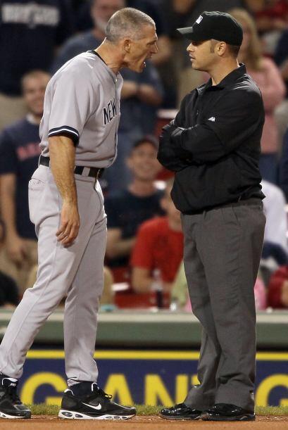 Joe Girardi reclama airadamente al umpire después de que se decretara un...