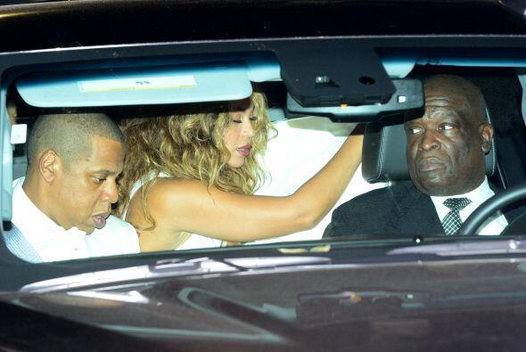 Con todo y maquillaje, y en la parte trasera del auto, pudimos apreciar...