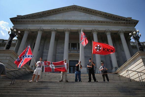 Miembros del Ku Klux Klan y del grupo radical a favor de la población ne...