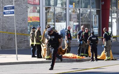 La policía y los servicios asistenciales en la escena del arrolla...