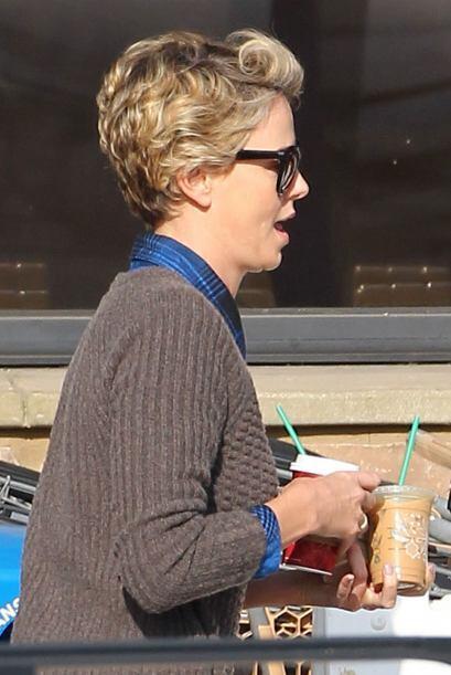 Ella salía de una tienda tras comprar café para los dos. Mira aquí los v...