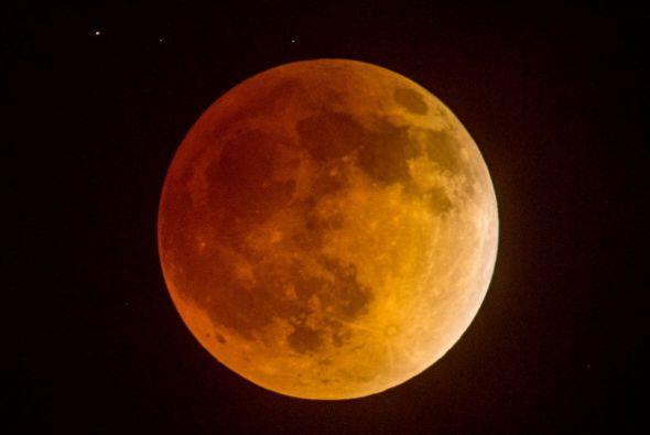 Un hermoso y poco usual eclipse total de la Luna pudo apreciarse la madr...