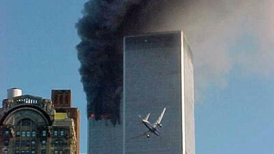 La imagen muestra el momento cuando el Vuelo 175 de United Airlines impa...