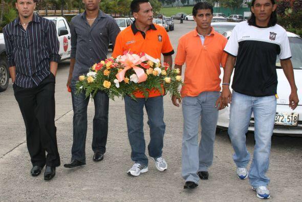 Integrantes del C.D. Aguila acompañaron a la familia de Sa&uacute...