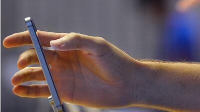 El iPhone 5S mide 7.6 milímetros de ancho.