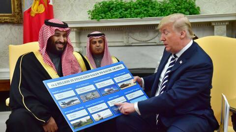 El príncipe saudita Mohammed Bin Salman junto a Donald Trump en l...