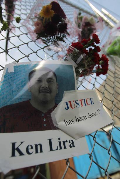 La foto de una de las víctimas fue colocada junto con decenas de flores.