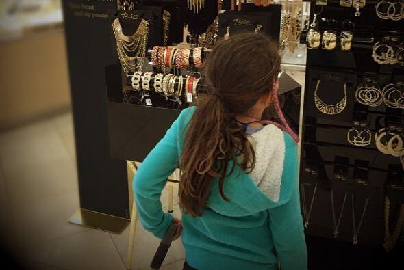 Orgullosa de su mami, se quería llevar a casa todo lo de la colección.