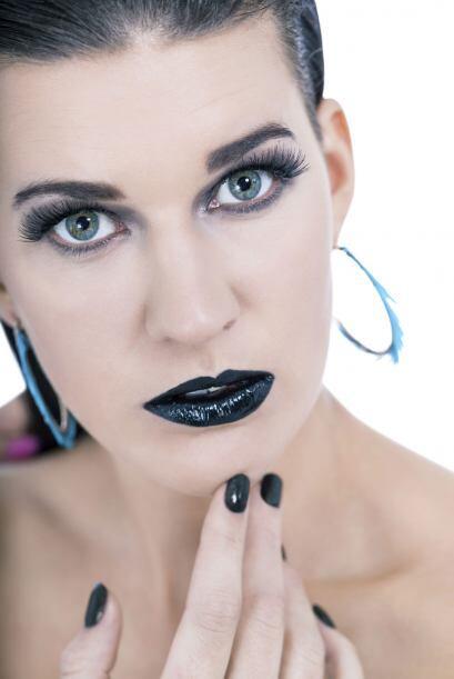 Para elegir el color de tus uñas, puedes coordinarlas con el labial, o t...