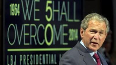 El ex presidente George W. Bush habló en la Biblioteca LBJ en Austin, Te...
