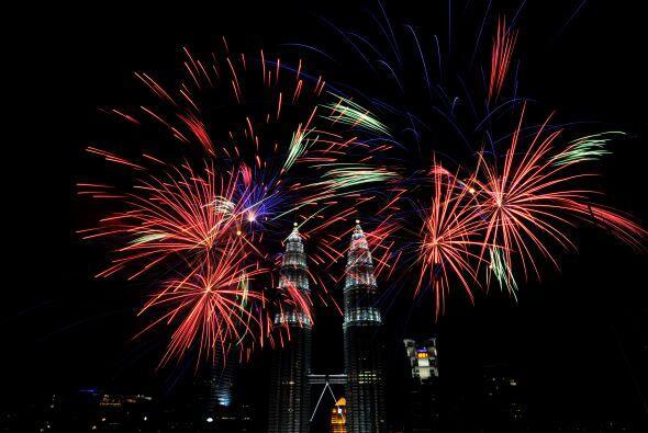 Fuegos artificiales iluminan las torres gemelas de Kuala Lumpur, Malasia.