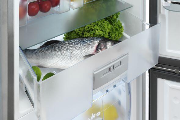 Alarga la vida de los vegetales verdes forrando el cajón del refrigerado...