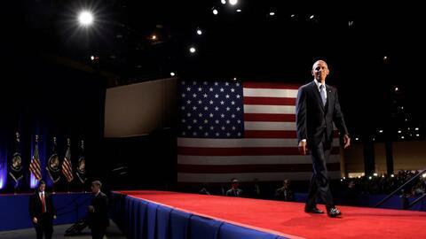 Obama entrando al escenario donde dio su discurso de despedida como pres...
