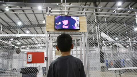 Niño inmigrante centroamericano en un centro de detención de la Patrulla...