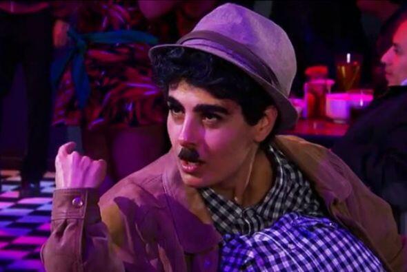 """¡Para demostrar que Ana trabajaba en el """"Chicago"""" hasta bigote se puso!"""