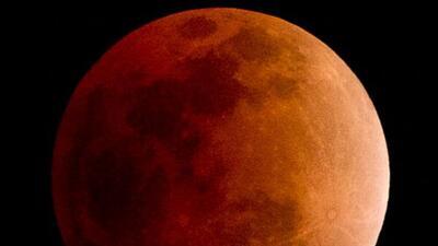 El eclipse total de la Luna hará que esta se vea color rojo cobrizo. A...
