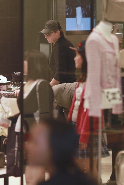 Más fotos de LuisMi de compras con su pareja. Mira aquí los videos más c...