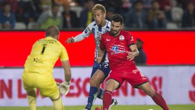 Facundo Erpen (rojo) peleando el balón con Keisuke Honda.