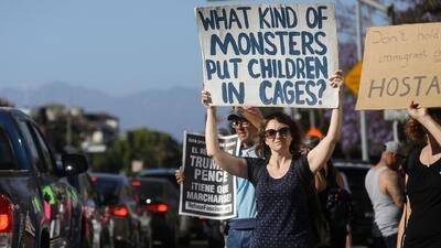 Tras firma de la orden ejecutiva de Trump, ¿qué pasará con los niños que están en centros de detención sin sus padres?