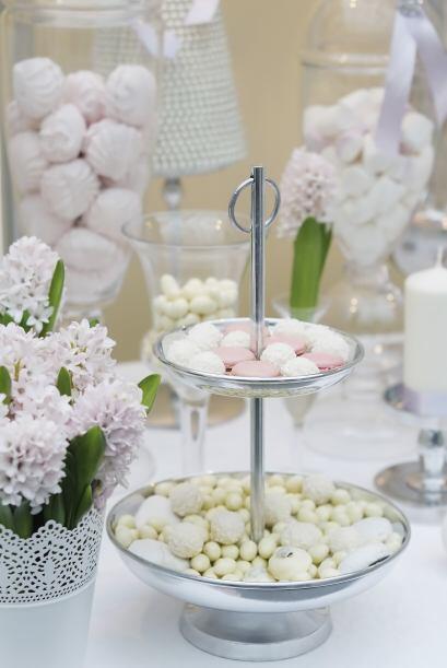 Las mesas de dulces son una forma elegante de darle libertad a tus invit...