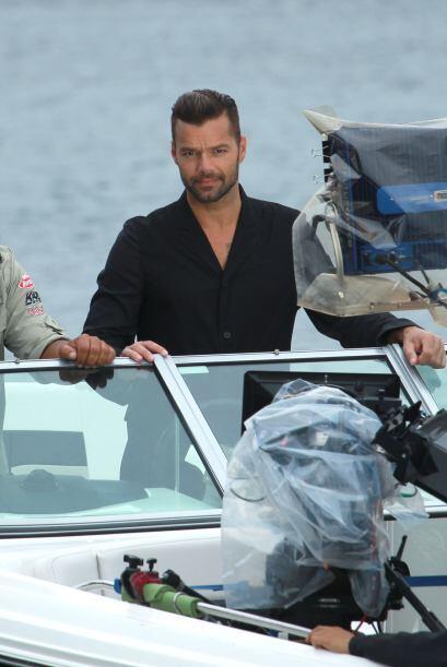 Ricky Martin filmando escenas de un proyecto sobre un bote, en Australia...